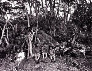 bewoners bij hun hut vermoedelijk tussen 1880 en 1885